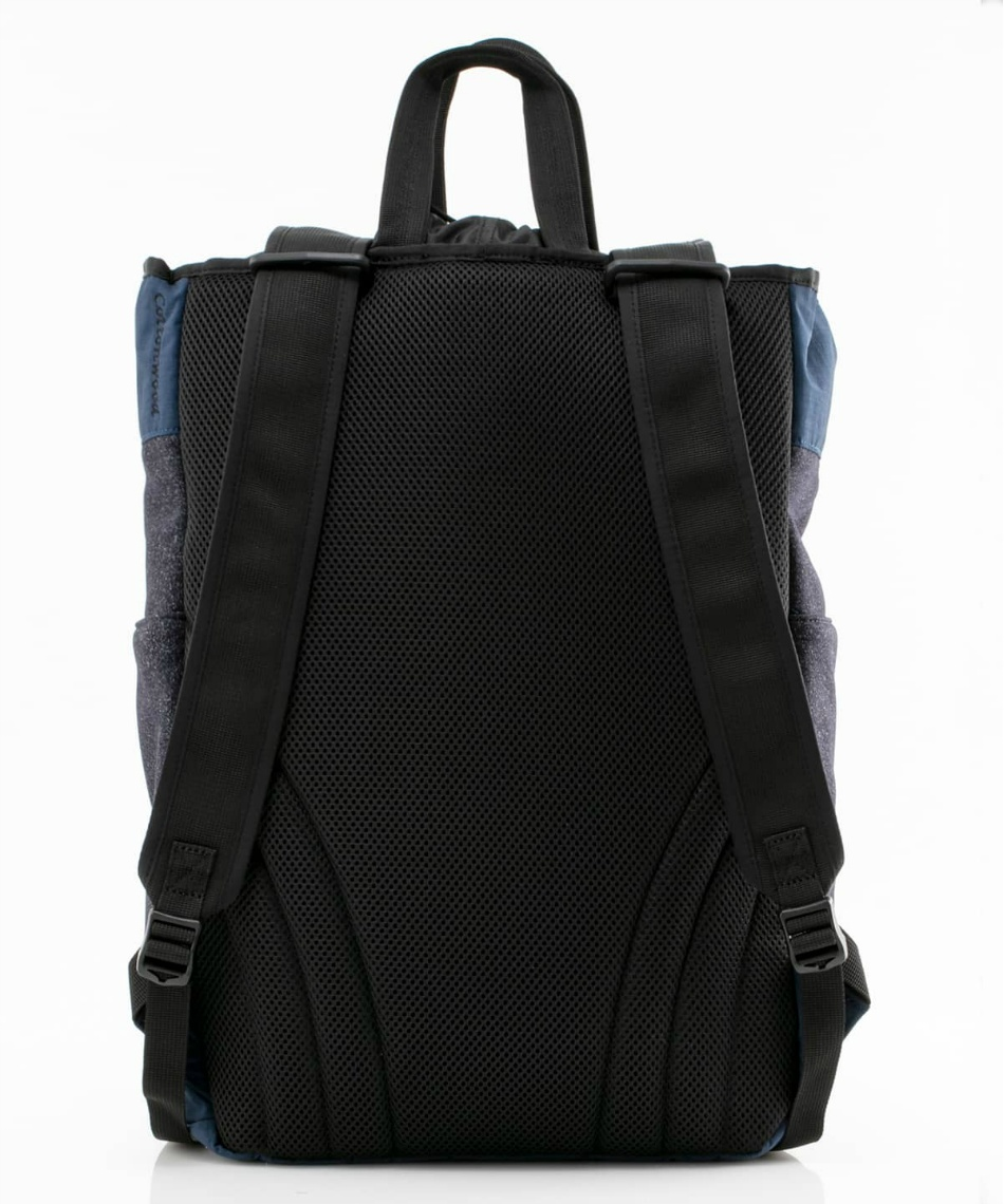 7df3fa9a3e 軽量で撥水性のあるスウェット素材を使用したリュックサックです。 巾着仕様のメインコンパートメントにはノートPCスリーブとファスナー付ポケットを装備。
